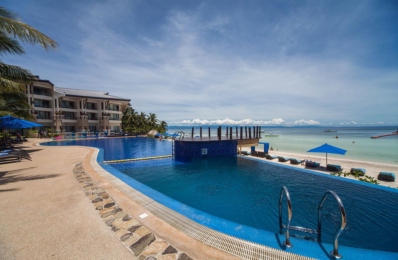 the-bellevue-resort-poolside